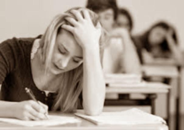 L'esame è una battaglia tra il professore e lo studente: il professore a tutti i costi vuole promuovere lo studente e lo studente ce la mette tutta per farsi bocciare